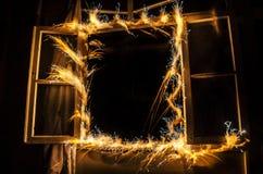 Абстрактное freezelight пламени фейерверков на окне Жилой дом на огне на nighttime Концепция ОГНЯ пустословия стоковое фото