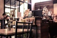 Абстрактные бар и счетчик неясного изображения в кофейне Стоковая Фотография