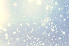 Абстрактные блестящие звезды над голубой предпосылкой bokeh празднично Стоковые Фотографии RF