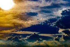 Абстрактные драматические облака любят рай на времени захода солнца стоковые изображения rf