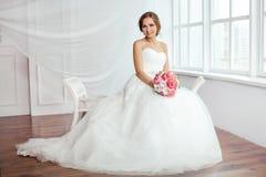 абстрактные детеныши венчания девушки платья невесты предпосылки Молодые женщины с платьем свадьбы в очень светлой комнате, Стоковое Фото