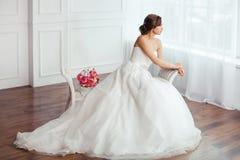 абстрактные детеныши венчания девушки платья невесты предпосылки Молодые женщины с платьем свадьбы в очень светлой комнате, Стоковые Изображения