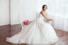 абстрактные детеныши венчания девушки платья невесты предпосылки Молодые женщины с платьем свадьбы в очень светлой комнате, Стоковое Изображение