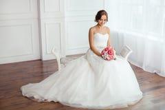 абстрактные детеныши венчания девушки платья невесты предпосылки Молодые женщины с платьем свадьбы в очень светлой комнате, Стоковые Фотографии RF