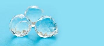 Абстрактные камни диаманта на голубой предпосылке Красивые кристаллические прозрачные самоцветы, геометрические формы полигона Вз стоковые изображения