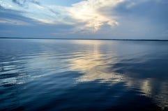 Абстрактные линии цвета пульсаций на озере стоковая фотография