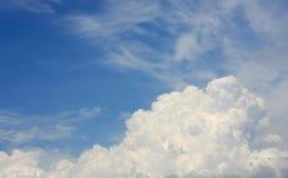 Абстрактные облака в голубом небе Стоковые Изображения RF