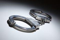 Абстрактные пары наручников под светом пятна стоковая фотография