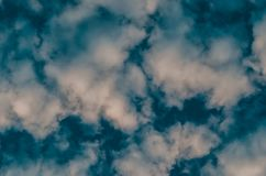 Абстрактные предпосылка, облака и дым на синей предпосылке Стоковые Фотографии RF
