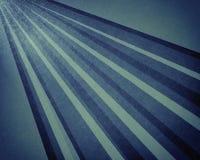 Абстрактные луч солнца или предпосылка картины starburst в линии текстурированной годом сбора винограда синей и белой раскосной д Стоковое Изображение RF
