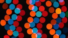 Абстрактные defocused красочные моргать света Гирлянда рождества и Нового Года на черной предпосылке Безшовное loopable акции видеоматериалы