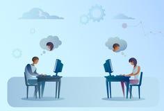 Абстрактный бизнесмен и женщина сидя на портативном компьютере стола офиса работая беседуя социальная связь средств массовой инфо Стоковые Фотографии RF