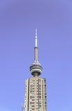 Абстрактный взгляд башни CN Торонто за старым зданием кондо в районе центра города Стоковые Изображения