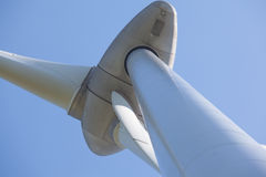 Абстрактный взгляд ветротурбины производящ альтернативную энергию Стоковая Фотография