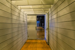 Абстрактный взгляд внутреннего коридора с светами и открыть дверями стоковое фото rf