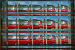 Абстрактный взгляд красного автомобиля увиденного через стеклянный кирпич Стоковая Фотография RF