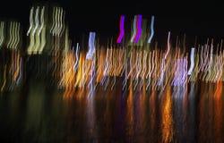 Абстрактный город освещает нерезкость воды отражения Стоковое фото RF