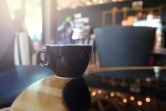 Абстрактный горячий кофе в кофейне с деревянным столом стоковая фотография