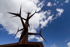 Абстрактный заострённый железный памятник структуры стоковые фото