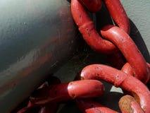 Абстрактный крупный план тяжелых сваренных стальных красных звеньев цепи в гавани стоковая фотография rf