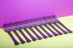 Абстрактный натюрморт с вилками на красочном Стоковое Изображение RF