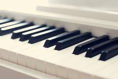 абстрактный рояль клавиатуры крупного плана предпосылки Стоковые Изображения RF