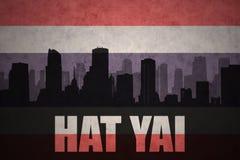 Абстрактный силуэт города с текстом Hat Yai на винтажном флаге Таиланда Стоковые Изображения