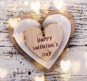 Абстрактный состав на день валентинки Деревянные сердца на старом белом столе стоковое изображение rf