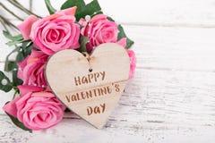 Абстрактный состав на день валентинки Деревянные сердца на старом белом столе стоковое изображение