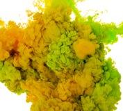 Абстрактный цвет предпосылки краски зеленого и желтого выплеска чернил в воде изолированной на белой предпосылке Стоковое Изображение RF