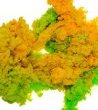 Абстрактный цвет предпосылки краски зеленого и желтого выплеска чернил в воде изолированной на белой предпосылке Стоковая Фотография