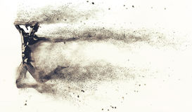 Абстрактный черный пластичный манекен человеческого тела с разбрасывать частицы над белой предпосылкой Представление действия ска Бесплатная Иллюстрация