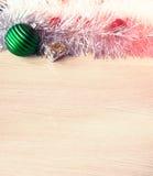 абстрактный чертеж рождества предпосылки праздничный Новый Год, шарики рождества, план на деревянном к субстрату Стоковое Изображение RF