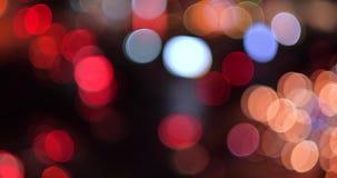 Абстрактный defocused взгляд светофора ночи в городе вечером акции видеоматериалы