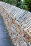 абстрактным раскосным текстурированная камнем стена взгляда Стоковые Фотографии RF