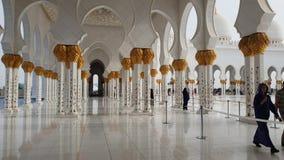 Абу-Даби, ОАЭ - 31-ое марта 2019 Люди в колоннаде с флористическим орнаментом шейха Zayd Больш Мечети видеоматериал