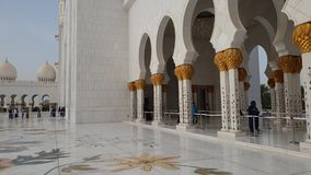 Абу-Даби, ОАЭ - 31-ое марта 2019 Туристы в шейхе Zayd Больш Мечети акции видеоматериалы
