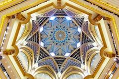Абу-Даби, Объениненные Арабские Эмираты - 13-ое декабря 2018: Красивый потолок дворца эмиратов в Абу-Даби стоковые фотографии rf
