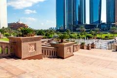 Абу-Даби, Объениненные Арабские Эмираты - 13-ое декабря 2018: Небоскребы и элементы благоустраивать в центре Абу-Даби около стоковые изображения rf
