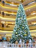 Абу-Даби, Объениненные Арабские Эмираты - 13-ое декабря 2018: Украшенная рождественская елка во дворце эмирата залы стоковая фотография rf