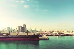 Абу-Даби, Объениненные Арабские Эмираты - 13-ое декабря 2018: Большой корабль в порте груза стоковые изображения