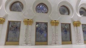 Абу-Даби, u A e - ЯНВАРЬ 2018: традиционная аравийская архитектура большой мечети шейха Zayed видеоматериал