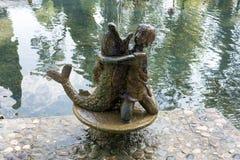 Абхазия, памятник в новом парке Athos: мальчик обнимает рыб Стоковое Изображение RF