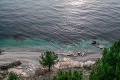 Абхазский одичалый пляж моря от высоты Стоковые Изображения