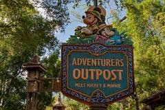 Аванпост Mickey приключений подписывает внутри животный мир на мире Уолт Дисней стоковые изображения rf
