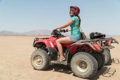Авантюрная женщина на поездке через пустыню в Египте Стоковое Изображение