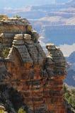 Авантюрный человек стоя на скале на гранд-каньоне возможно рискуя жизнь Стоковое Изображение RF