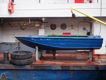 Аварийная весельная лодка на более большом сосуде стоковое фото rf