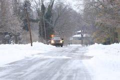 Аварийная машина в снеге стоковые изображения