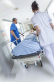Аварийная ситуация больницы каталки растяжителя нерезкости движения терпеливая Стоковые Фотографии RF
